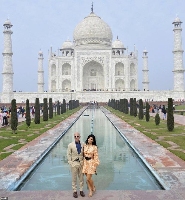 """Tỷ phú Amazon cùng bạn gái chụp ảnh tình tứ trước ngôi đền tình yêu nổi tiếng, """"kẻ thứ 3"""" bị dân mạng ném đá vì chi tiết kém sang này  - Ảnh 3."""