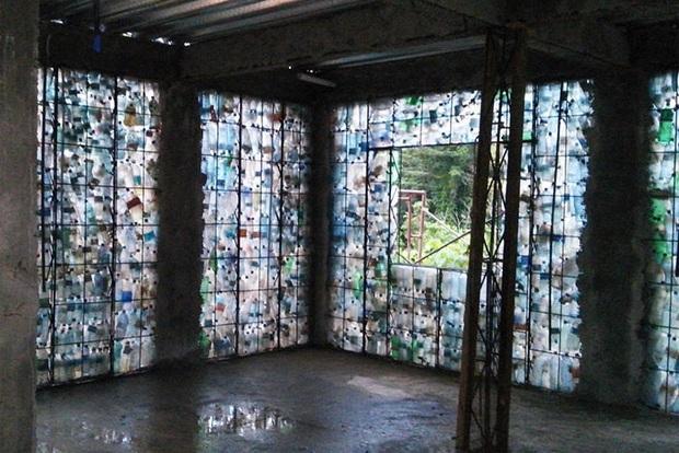 Ghé thăm ngôi làng độc đáo cách chúng ta nửa vòng trái đất, nơi nhà cửa được làm từ... 1 triệu chai nhựa  - Ảnh 5.
