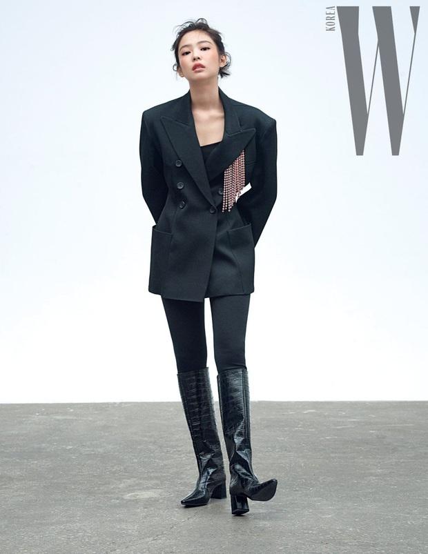 Chanel sống Jennie (BLACKPINK) khiến dân tình ngất ngây với bộ ảnh tạp chí sang hết cỡ, khoe khéo vòng 1 nóng bỏng - Ảnh 6.