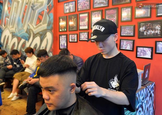 Salon tóc và dịch vụ làm móng, làm mi đông đúc chiều 29 Tết - Ảnh 3.