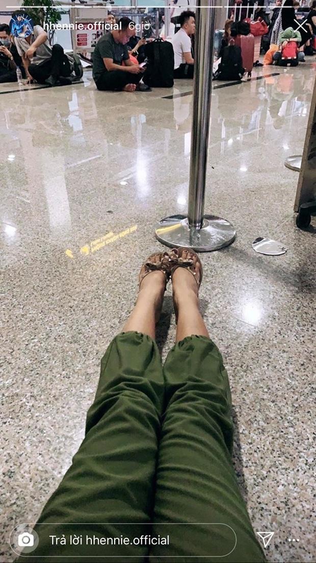 Hoa hậu cũng chật vật về quê ngày Tết như ai: H'Hen Niê ngồi cả ra đất đợi chuyến bay vẫn không quên có động thái ý nghĩa - Ảnh 1.