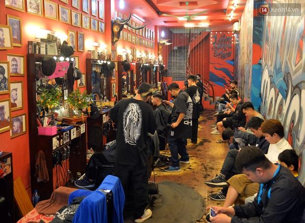 Salon tóc và dịch vụ làm móng, làm mi đông đúc chiều 29 Tết - Ảnh 1.