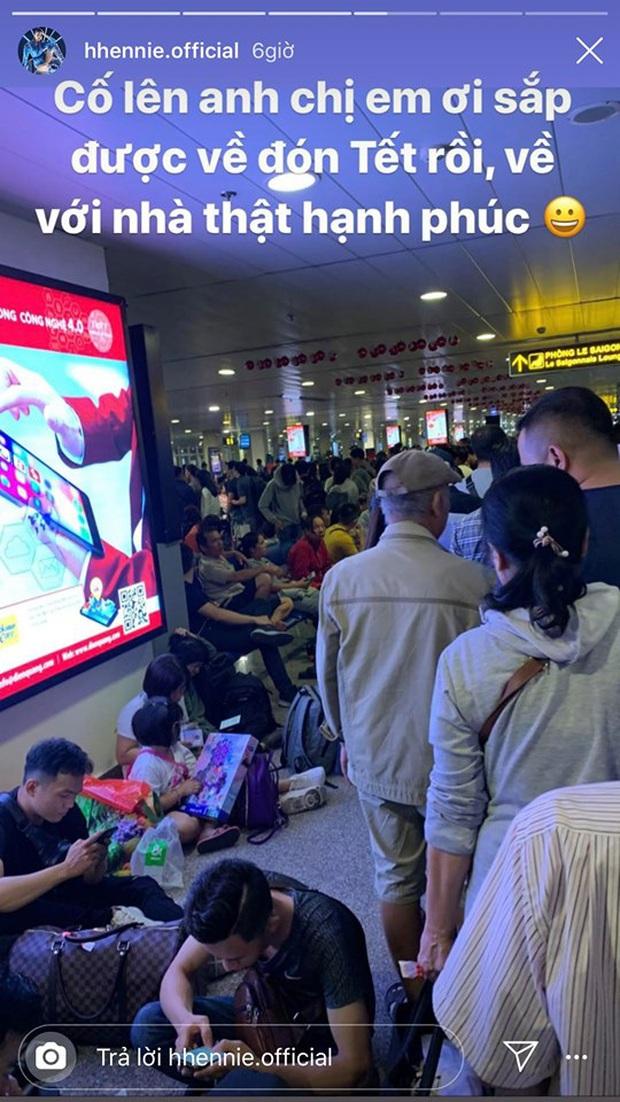 Hoa hậu cũng chật vật về quê ngày Tết như ai: H'Hen Niê ngồi cả ra đất đợi chuyến bay vẫn không quên có động thái ý nghĩa - Ảnh 2.
