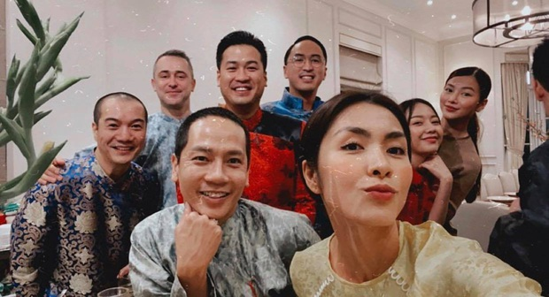 Tiệc tất niên tối 29 Tết trong biệt thự nhà Hà Tăng: Kathy Uyên, Phương Khánh bận áo dài, Băng Di sánh đôi bên bạn trai đại gia - Ảnh 2.