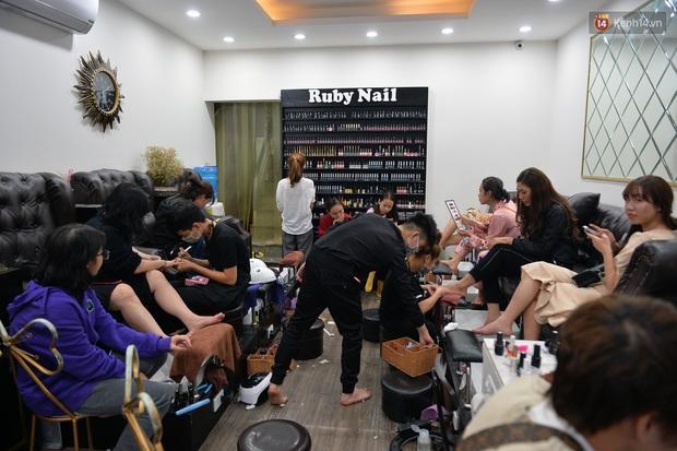 Salon tóc và dịch vụ làm móng, làm mi đông đúc chiều 29 Tết - Ảnh 4.