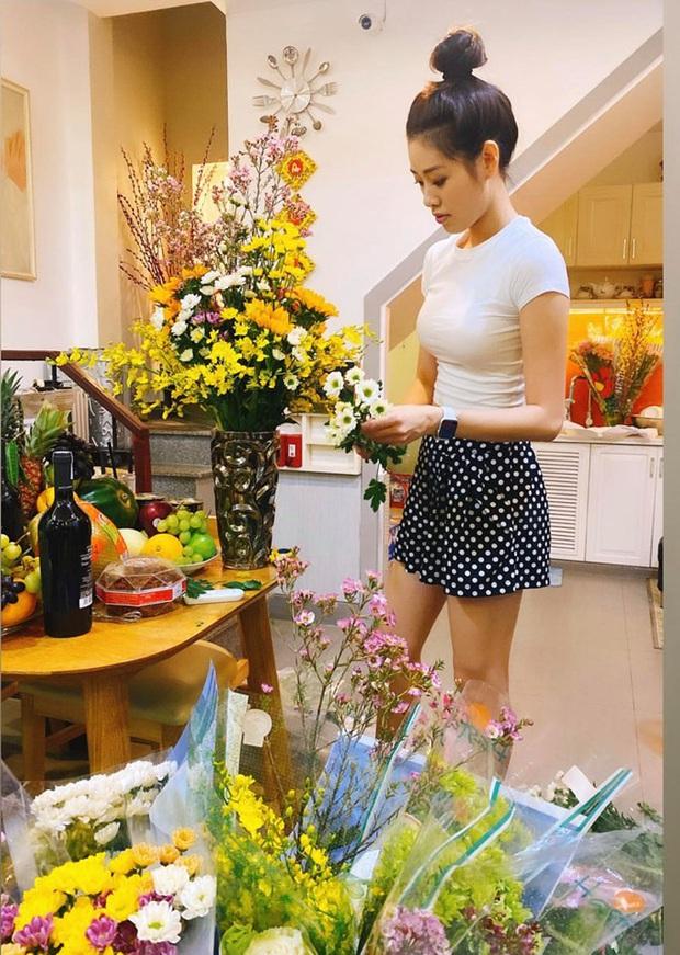Dàn Hoa hậu Vbiz tất bật chuẩn bị đón năm mới chiều 29 Tết: HHen Niê, Tiểu Vy giản dị, Khánh Vân hé lộ không gian sống - Ảnh 3.