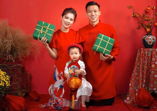 Quế Ngọc Hải cùng vợ xúng xính diện áo dài đỏ đón Tết, con gái nhỏ vẫn chiếm spotlight với biểu cảm ngơ ngác đáng yêu - Ảnh 1.