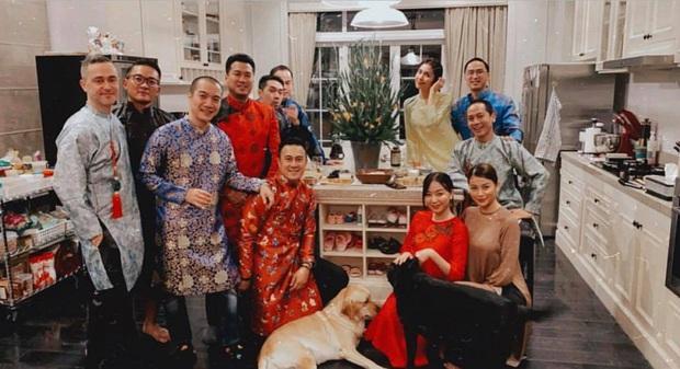 Tiệc tất niên tối 29 Tết trong biệt thự nhà Hà Tăng: Kathy Uyên, Phương Khánh bận áo dài, Băng Di sánh đôi bên bạn trai đại gia - Ảnh 4.