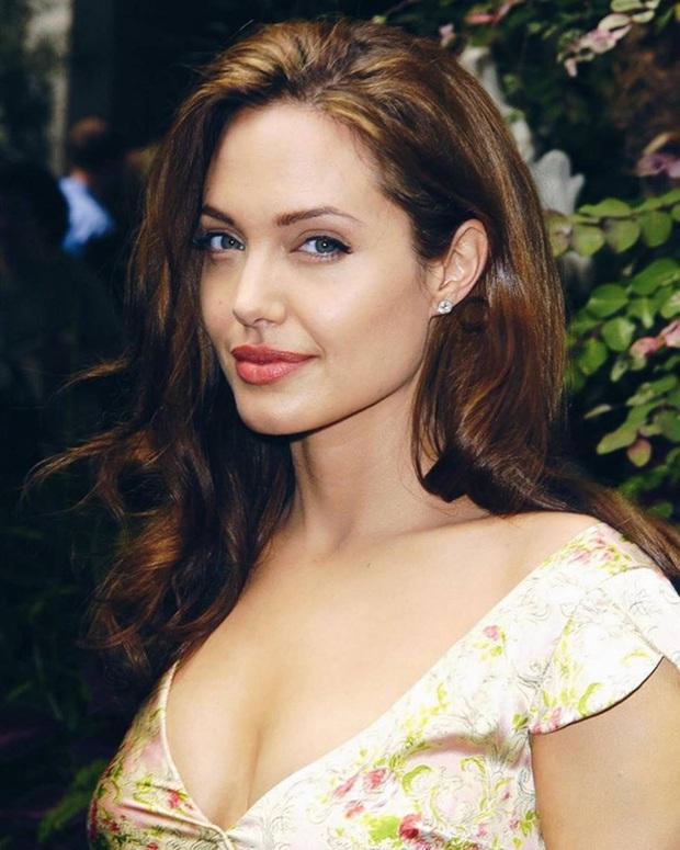 Chứng kiến Brad Pitt và Jennifer Aniston công khai tái hợp thân mật, phản ứng của Angelina Jolie như thế nào? - Ảnh 1.