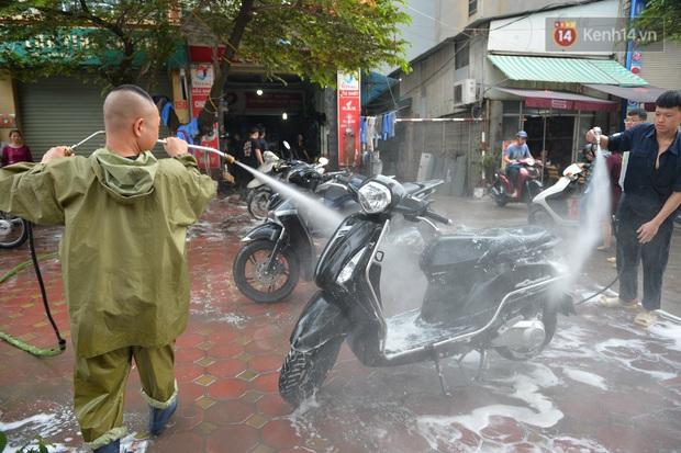 Dịch vụ rửa xe hốt bạc ngày giáp Tết: Ô tô 250k còn xe máy 50k, nhân viên luôn chân tay nhưng khách vẫn xếp hàng dài chờ đến lượt - Ảnh 10.