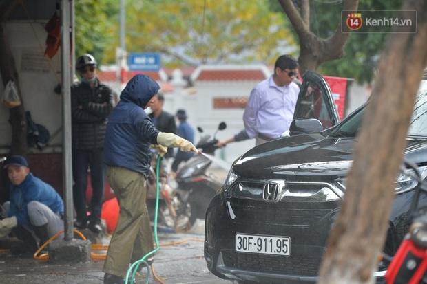 Dịch vụ rửa xe hốt bạc ngày giáp Tết: Ô tô 250k còn xe máy 50k, nhân viên luôn chân tay nhưng khách vẫn xếp hàng dài chờ đến lượt - Ảnh 2.