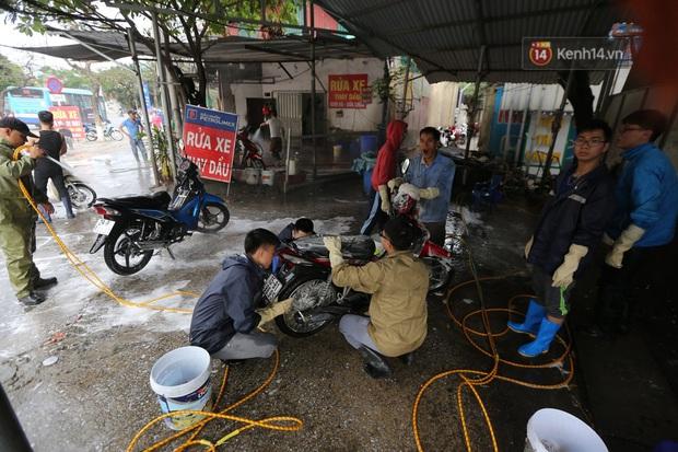Dịch vụ rửa xe hốt bạc ngày giáp Tết: Ô tô 250k còn xe máy 50k, nhân viên luôn chân tay nhưng khách vẫn xếp hàng dài chờ đến lượt - Ảnh 8.