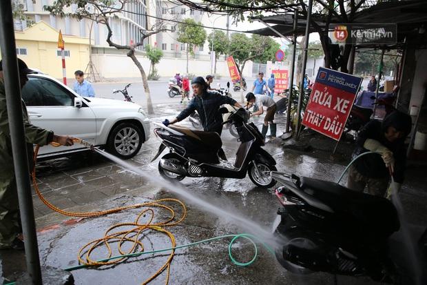 Dịch vụ rửa xe hốt bạc ngày giáp Tết: Ô tô 250k còn xe máy 50k, nhân viên luôn chân tay nhưng khách vẫn xếp hàng dài chờ đến lượt - Ảnh 7.