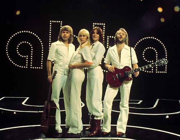 Nhóm nhạc ABBA - chủ nhân Happy New Year bất hủ: Từng suýt có tên là Alibaba, khiến Madonna tự viết thư cầu xin sample nhạc và lời đồn xích mích - Ảnh 1.