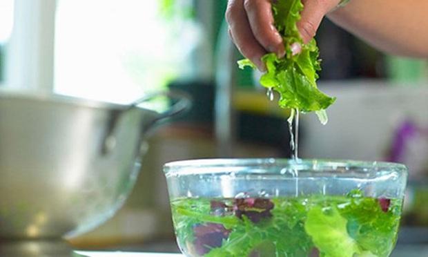 Đừng rửa rau củ quả ngày Tết theo 5 cách sai lầm vốn được nhiều người nghĩ là sạch nhưng thực tế là càng rửa càng độc - Ảnh 3.