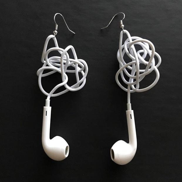 Đang yên đang lành bỗng nổi lên trend khuyên tai làm từ EarPods rối dây, giá tận gần 1 triệu đồng - Ảnh 1.
