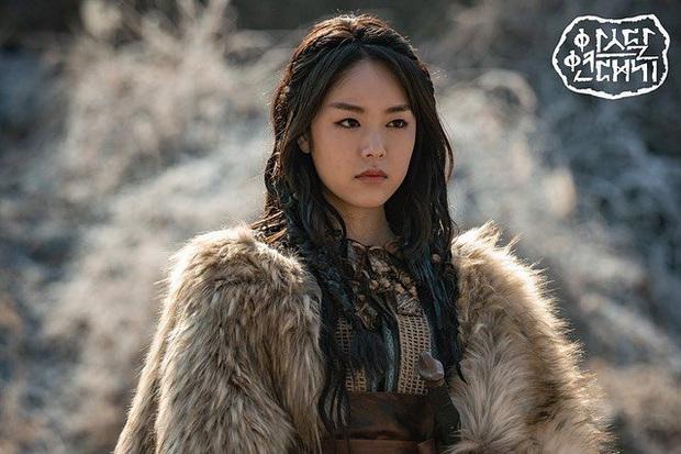 Hít hà drama nhẹ cuối năm: Bóng hồng của Song Joong Ki thừa nhận giật chồng, bom tấn Arthdal toang thật rồi? - Ảnh 1.