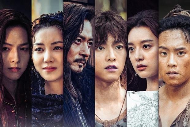 Trùng hợp đáng sợ của bom tấn Arthdal: Hết cha con Jang Dong Gun - Song Joong Ki tới Erika Karata đều dính ồn ào ngoại tình - Ảnh 1.