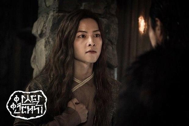 Trùng hợp đáng sợ của bom tấn Arthdal: Hết cha con Jang Dong Gun - Song Joong Ki tới Erika Karata đều dính ồn ào ngoại tình - Ảnh 3.