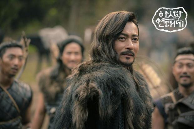 Trùng hợp đáng sợ của bom tấn Arthdal: Hết cha con Jang Dong Gun - Song Joong Ki tới Erika Karata đều dính ồn ào ngoại tình - Ảnh 6.