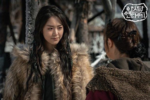 Trùng hợp đáng sợ của bom tấn Arthdal: Hết cha con Jang Dong Gun - Song Joong Ki tới Erika Karata đều dính ồn ào ngoại tình - Ảnh 7.