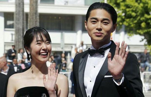 Trùng hợp đáng sợ của bom tấn Arthdal: Hết cha con Jang Dong Gun - Song Joong Ki tới Erika Karata đều dính ồn ào ngoại tình - Ảnh 8.