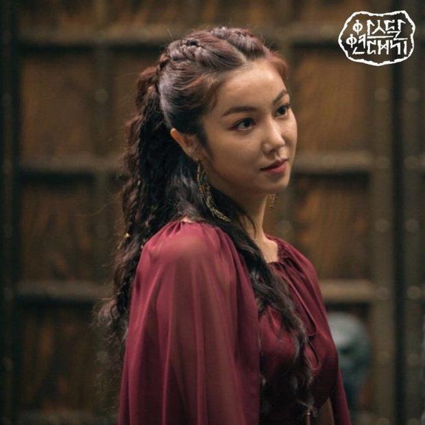Trùng hợp đáng sợ của bom tấn Arthdal: Hết cha con Jang Dong Gun - Song Joong Ki tới Erika Karata đều dính ồn ào ngoại tình - Ảnh 4.