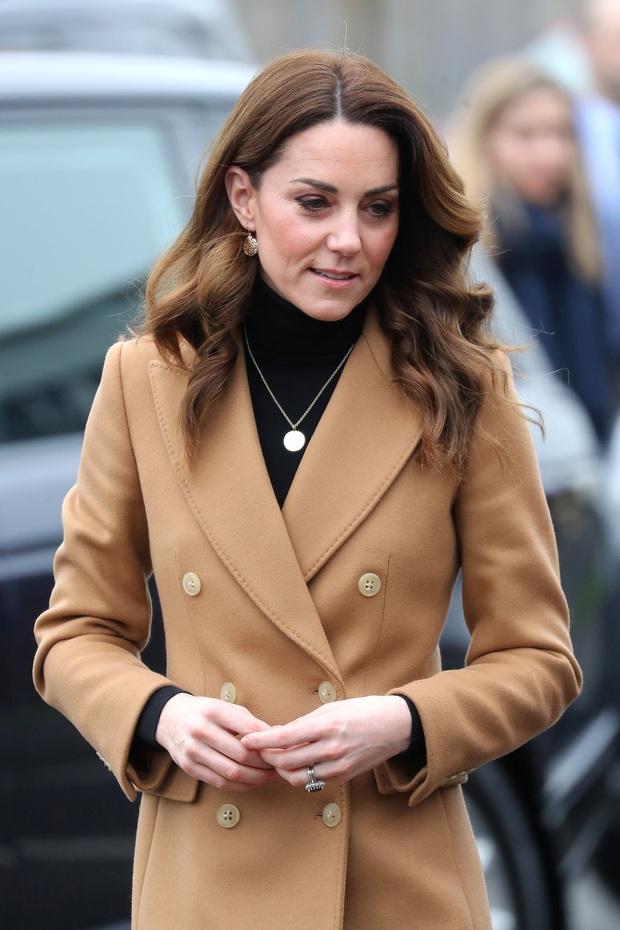 Chẳng ngờ phía sau set đồ tưởng chừng giản dị của Công nương Kate Middleton lại chất chơi nhường vậy - Ảnh 1.