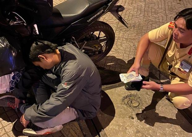 Thanh niên say xỉn, ôm gần 40 triệu ngủ quên trên đường - Ảnh 1.