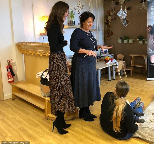 Chẳng ngờ phía sau set đồ tưởng chừng giản dị của Công nương Kate Middleton lại chất chơi nhường vậy - Ảnh 3.