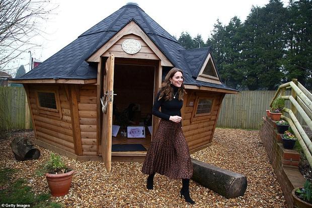 Chẳng ngờ phía sau set đồ tưởng chừng giản dị của Công nương Kate Middleton lại chất chơi nhường vậy - Ảnh 4.