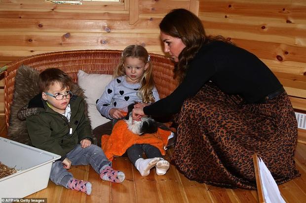 Chẳng ngờ phía sau set đồ tưởng chừng giản dị của Công nương Kate Middleton lại chất chơi nhường vậy - Ảnh 5.