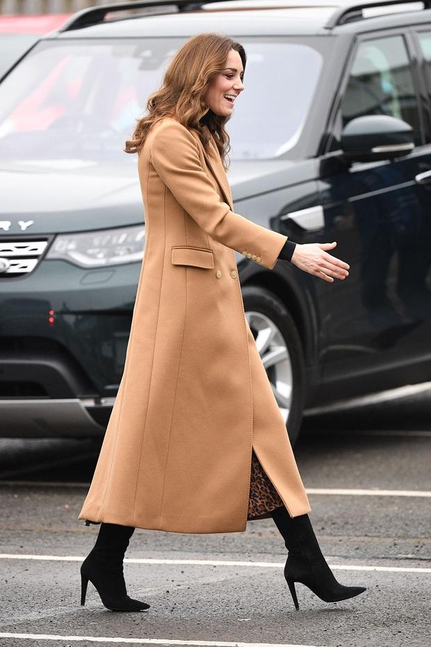 Chẳng ngờ phía sau set đồ tưởng chừng giản dị của Công nương Kate Middleton lại chất chơi nhường vậy - Ảnh 6.