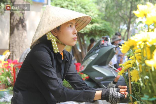 Sau khi tiểu thương ở Sài Gòn đập chậu, ném hoa vào thùng rác, nhiều người tranh thủ chạy đến hôi hoa - Ảnh 4.