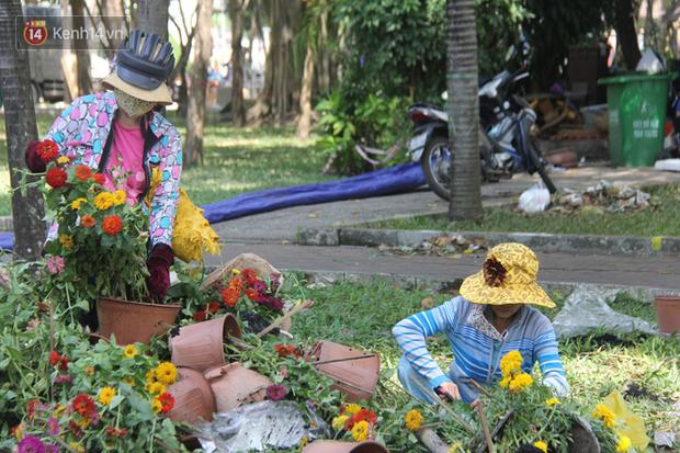 Sau khi tiểu thương ở Sài Gòn đập chậu, ném hoa vào thùng rác, nhiều người tranh thủ chạy đến hôi hoa - Ảnh 6.