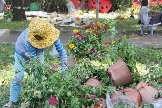 Sau khi tiểu thương ở Sài Gòn đập chậu, ném hoa vào thùng rác, nhiều người tranh thủ chạy đến hôi hoa - Ảnh 7.