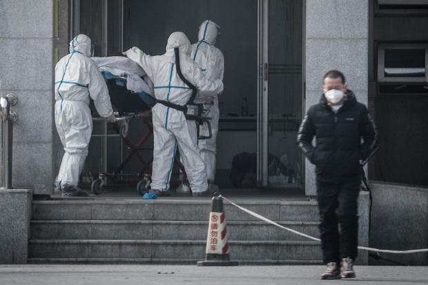 Tận thế tại Vũ Hán: Hàng hóa tan hoang, đường phố vắng lặng, 25 người đã chết vì virus - Ảnh 1.