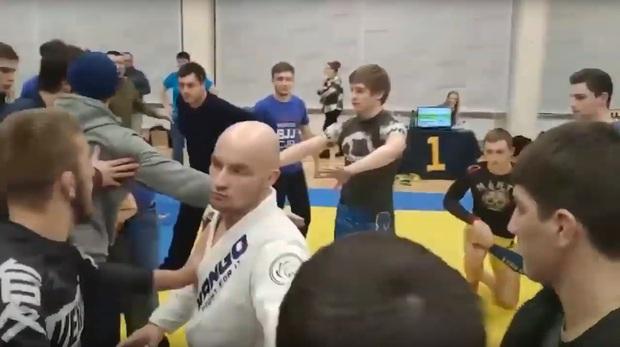 Ẩu đả dữ dội tại giải võ thuật ở Nga: Võ sĩ lẫn khán giả choảng lẫn nhau, người tốt bụng muốn can ngăn thì lại bị sút thẳng vào đầu - Ảnh 3.