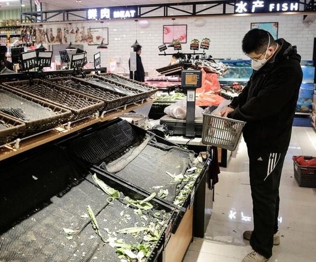 Tận thế tại Vũ Hán: Hàng hóa tan hoang, đường phố vắng lặng, 25 người đã chết vì virus - Ảnh 2.