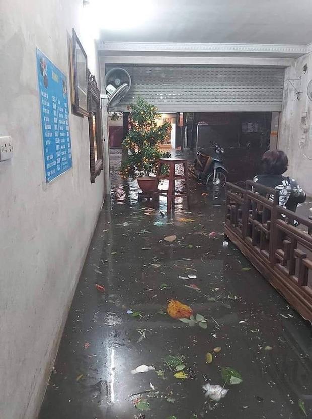 Ác mộng nước ngập đêm 30 Tết: Nước đục ngàu tràn vào nhà, đêm giao thừa bì bõm lội nước chờ đón pháo hoa - Ảnh 8.