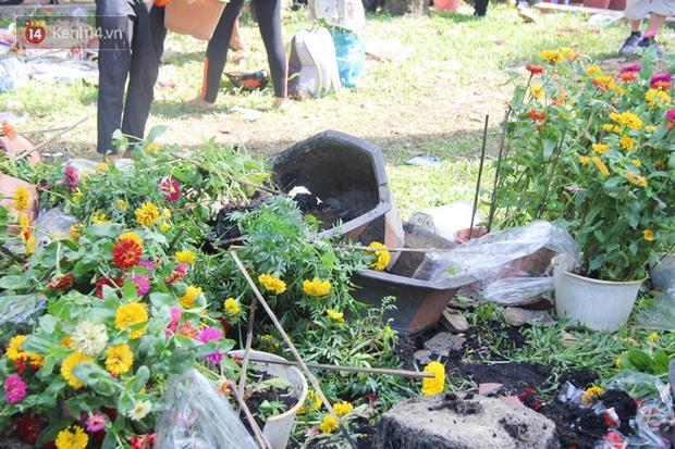 Đại hạ giá vẫn không hết, tiểu thương Sài Gòn thẳng tay đập chậu, chặt gốc hoa chứ quyết không để người dân hôi hoa trưa 30 Tết - Ảnh 2.