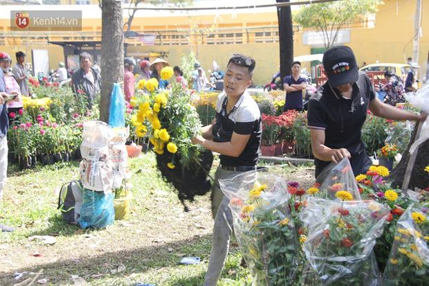 Đại hạ giá vẫn không hết, tiểu thương Sài Gòn thẳng tay đập chậu, chặt gốc hoa chứ quyết không để người dân hôi hoa trưa 30 Tết - Ảnh 11.