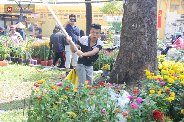 Đại hạ giá vẫn không hết, tiểu thương Sài Gòn thẳng tay đập chậu, chặt gốc hoa chứ quyết không để người dân hôi hoa trưa 30 Tết - Ảnh 4.