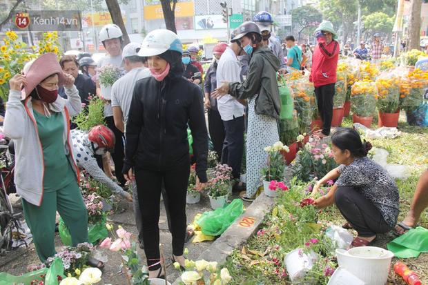 Sau khi tiểu thương ở Sài Gòn đập chậu, ném hoa vào thùng rác, nhiều người tranh thủ chạy đến hôi hoa - Ảnh 11.