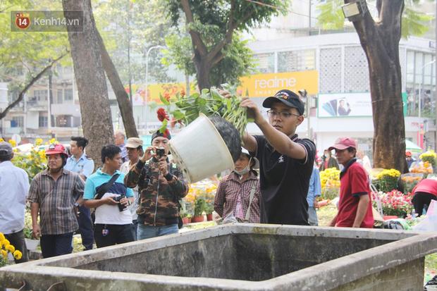 Đại hạ giá vẫn không hết, tiểu thương Sài Gòn thẳng tay đập chậu, chặt gốc hoa chứ quyết không để người dân hôi hoa trưa 30 Tết - Ảnh 7.