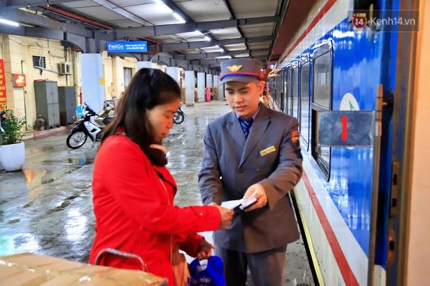 Chuyến tàu cuối cùng của năm Kỷ Hợi rời ga Hà Nội trong cơn mưa tầm tã - Ảnh 4.
