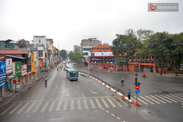 Nhà nhà tiễn năm cũ, đường phố Hà Nội vắng vẻ lạ thường ngày 30 Tết - Ảnh 6.