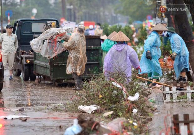 Mưa gió chiều 30, dân buôn đào quất bỏ cây chạy lấy người khiến chợ hoa hồ Đền Lừ ngập rác - Ảnh 7.