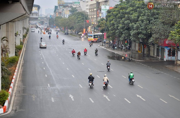 Nhà nhà tiễn năm cũ, đường phố Hà Nội vắng vẻ lạ thường ngày 30 Tết - Ảnh 5.