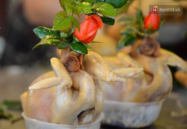 Người dân Hà Nội chen chúc mua gà luộc xôi gấc cúng giao thừa, người bán sắp lễ không ngớt tay - Ảnh 2.